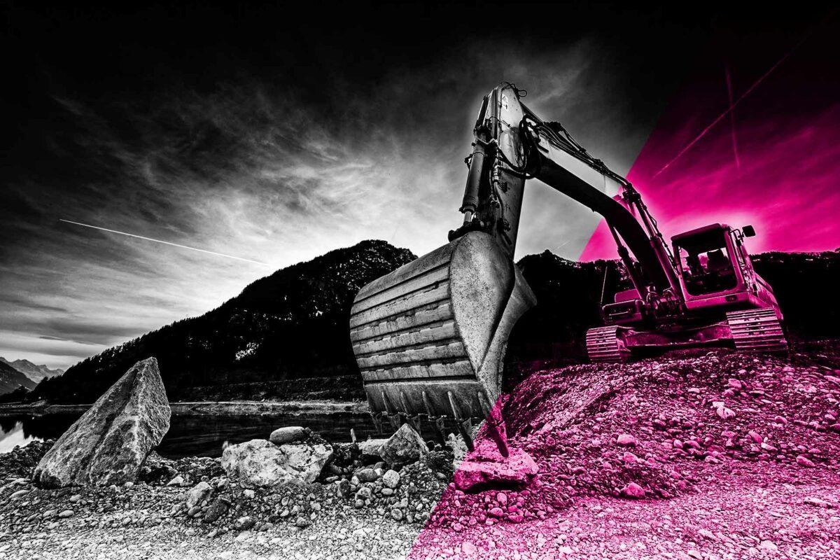 Bagger arbeitet auf einem Berg Steine unserer Kiesgrube