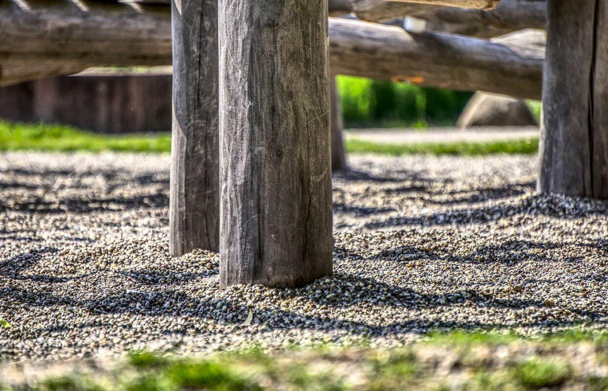 Splitt am Boden zur Abgrenzung von Zaun und Wiese
